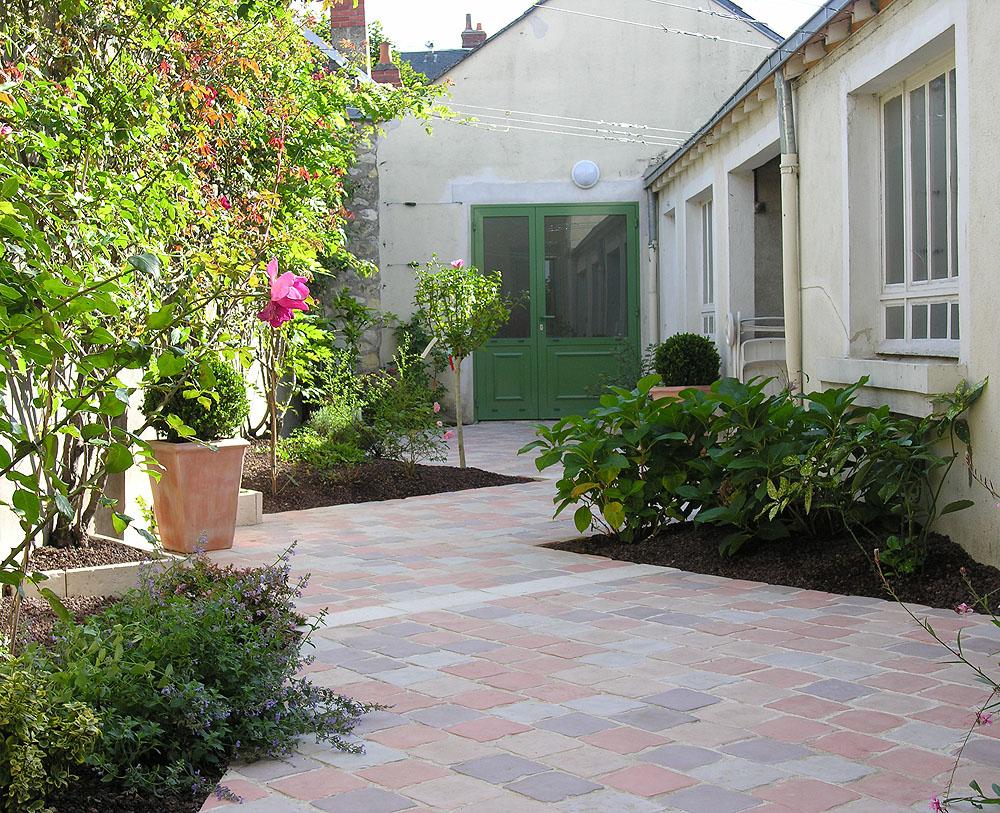 Une all e de pav s en pierre reconstitu e jusqu 39 au garage - Allee de jardin en pierre ...